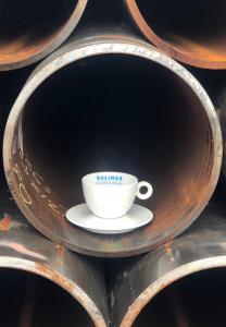 kopje koffie in een stalen buis